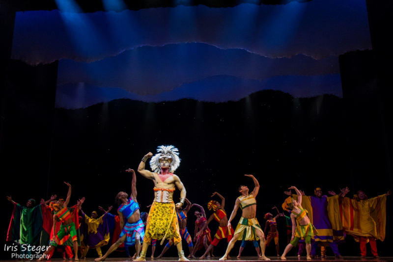 "Szenenbild ""The Lion King"" mit Hope Maine als Simba"